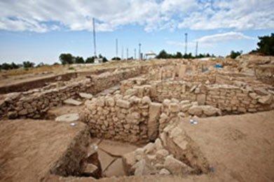 Desconocido dios antiguo con símbolos astrales descubiertos en estela en el lugar de culto en Turquía
