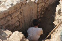 desconocido dios antiguo con simbolos astrales descubiertos en estela en el lugar de culto en turquia
