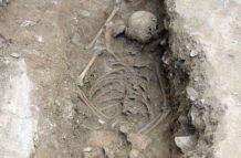 Desentierran esqueleto de «niña bruja» en Italia