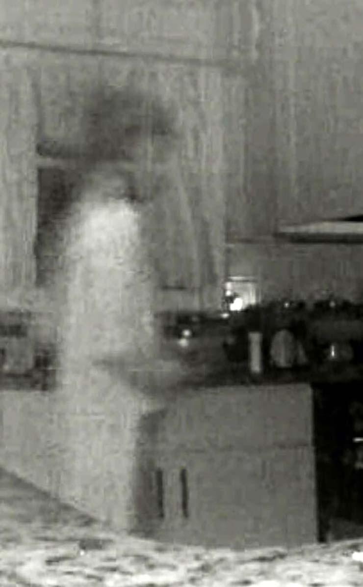 Una mujer ve el Fantasma de su hijo fallecido a través de la Cámara de Seguridad de su casa