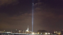 aparece una figura sobre el lugar donde se levantaban las torres gemelas de nueva york