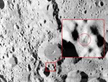 es esta una antena sobresaliendo de la superficie de la luna