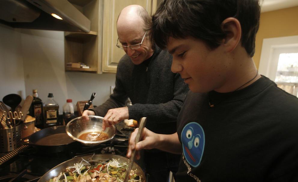 Michael Pollan cocinando junto a su hijo Isaac. (Liz Hafalia/San Francisco Chronicle/Corbis)
