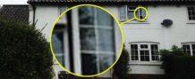 mujer britanica fotografia la cara de su madre muerta mirando por la ventana de su casa