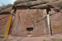 una puerta estelar o una entrada interdimensional tallada en la roca hayu marca