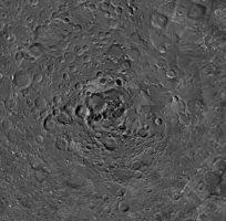 algo extrano sucede con las sombras en esta imagen del polo norte lunar