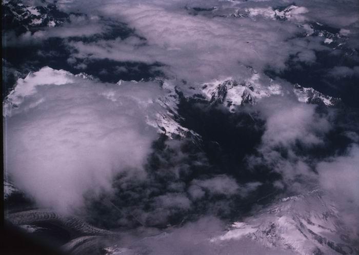 Dragón capturado volando entre las nubes en el cielo del Tibet.