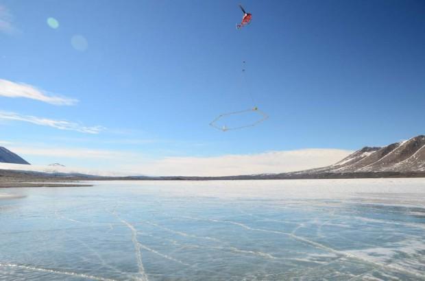Helicóptero volando un sensor sobre el lago Frxyell, Antártida.