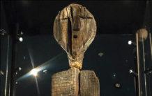 grabados en ancestral idolo de madera podrian ser un mensaje para la humanidad