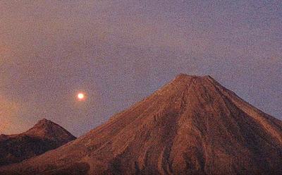 ENORME ESFERA ROJIZA registrada en el volcán colima