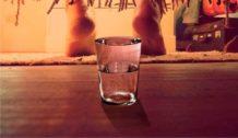 pon un vaso de agua bajo tu cama cada noche y quedaras sorprendido