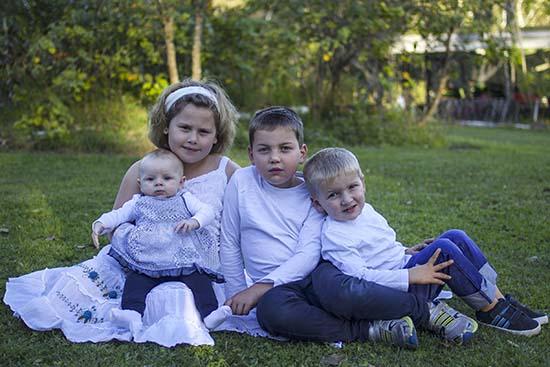 Madre australiana fotografía el espíritu de su bebé muerto protegiendo a su hermana gemela