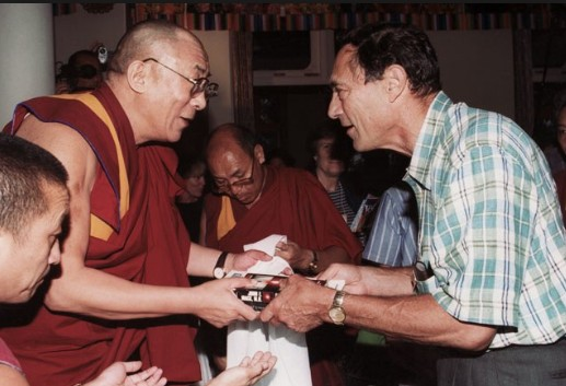 El Dalai Lama recibe un libro sobre extraterrestres como regalo del profesor John Mack