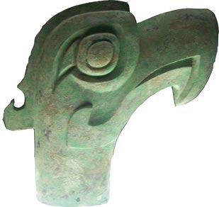 Un pájaro o la cabeza de bronce del dragón-como