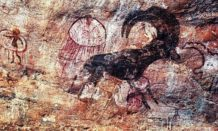 frescos misteriosos que representan criaturas fantasticas encontradas en el sahara