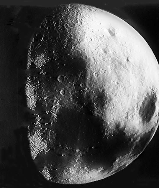 ¿Por qué cuelga una Estrella de la Muerte sobre la Luna?
