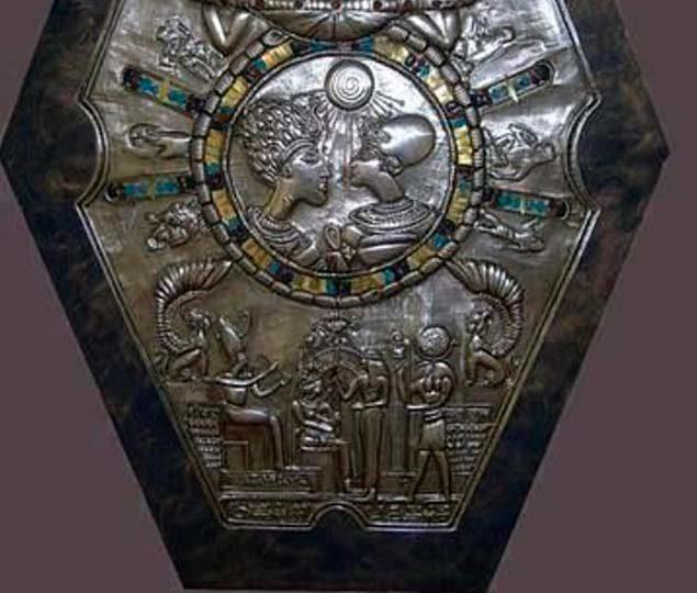 El misterio del extraño medallón encontrado en una tumba del antiguo Egipto