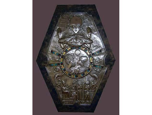 el misterio del extrano medallon encontrado en una tumba del antiguo egipto