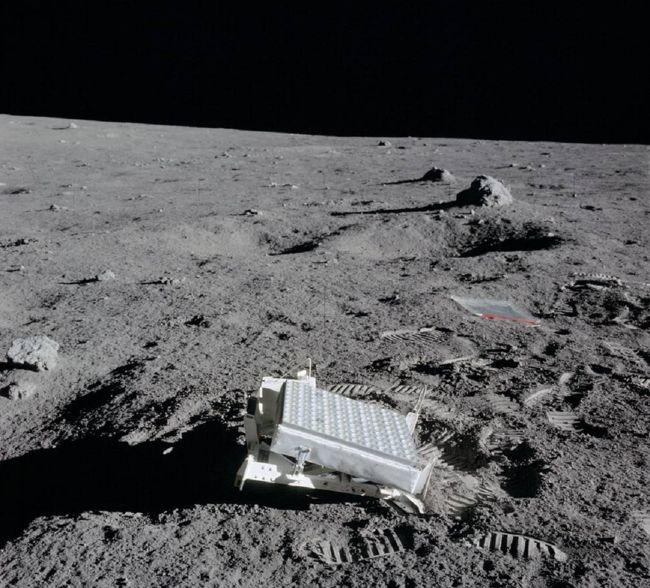 Panel reflectante en la luna