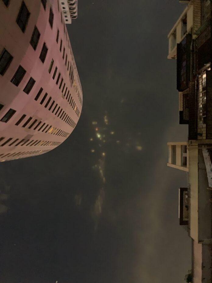 luces de colores aparecen en el cielo nocturno de china causando sorpresa en poblacion