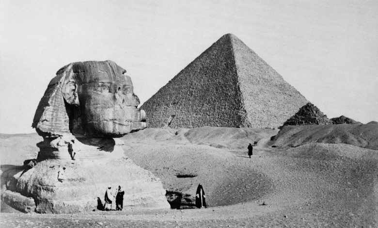 La Gran Esfinge con la Pirámide del Faraón Keops al fondo. Foto de 1877 del fotógrafo francés Henri Bechard. Shutterstock.