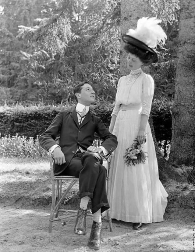 un hombre descubre quien fue en una vida pasada despues de encontrar a su doppelganger en una foto de 1905