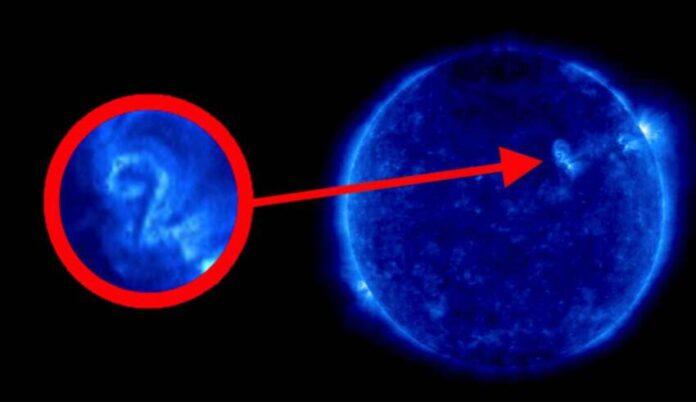 una imagen de la nasa muestra el numero dos en la superficie del sol mensaje de la matrix