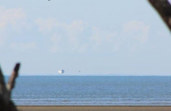 El 26 de agosto de 2012, Fata Morgana fue capturada frente a la costa este de Australia. Parece como si el barco flotara sobre el horizonte.