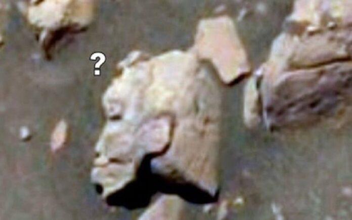 una estatua de guerrero alienigena en marte