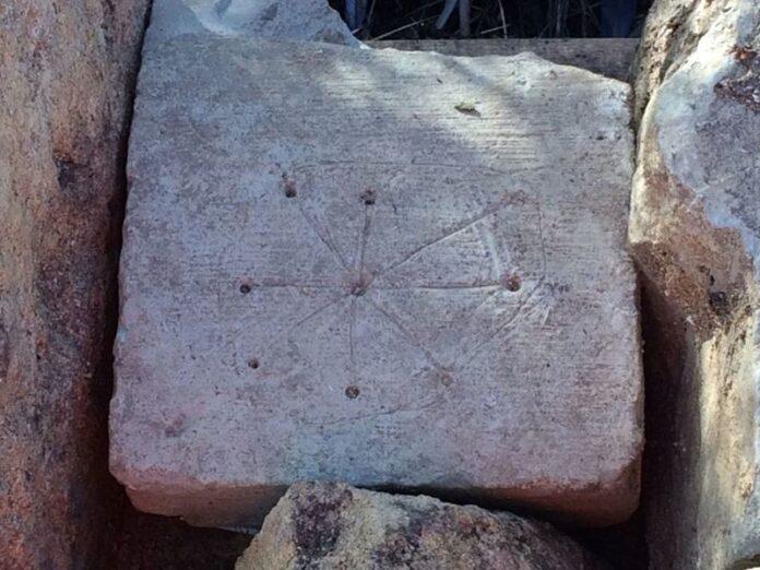 descubren marcas de bruja en las ruinas de una iglesia medieval