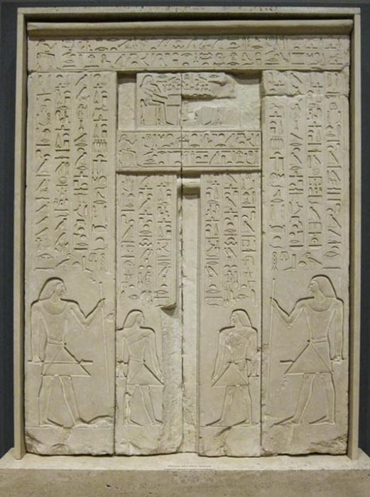 La puerta estaba decorada con jeroglíficos que hablaban del difunto.
