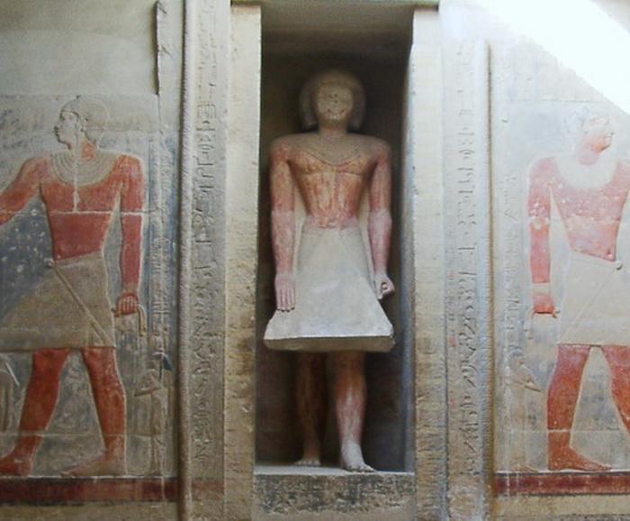 A veces, se instalaba una estatua en la apertura de dicha puerta.
