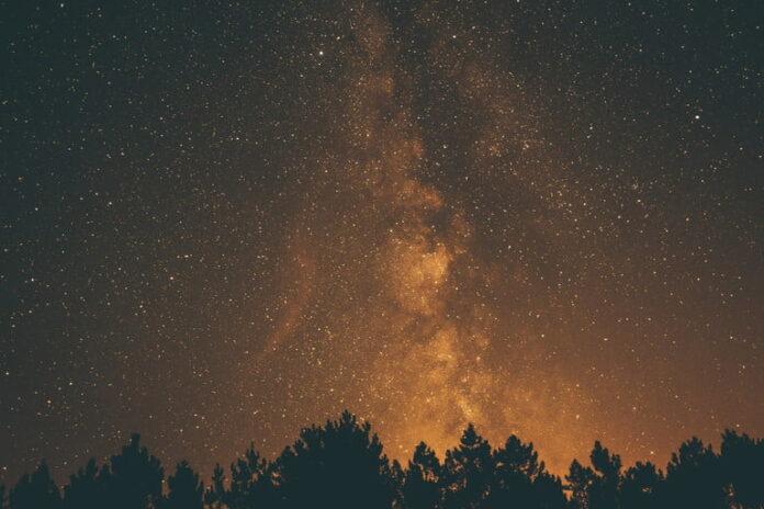 algo esta llenando de oro el universo pero su origen es desconocido