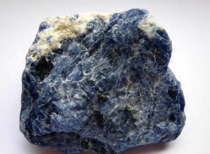 hackmanita descubren los secretos de como esta roca natural brilla en la oscuridad