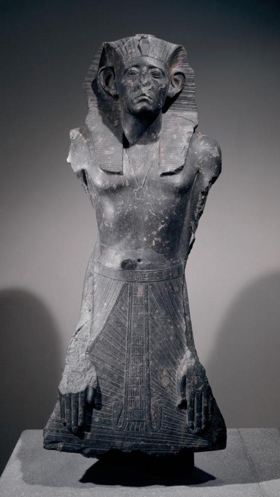 Estatua de granodiorita del faraón Senurset III, nuevamente con la nariz rota. Crédito: Museo Británico