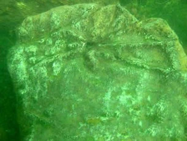 Tallas encontradas en una de las piedras de las ruinas submarinas del lago Fuxian