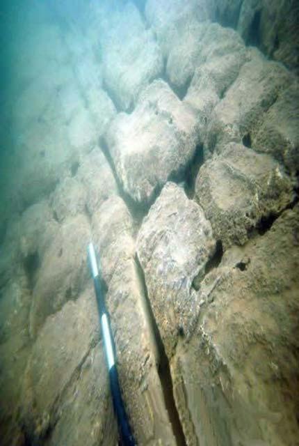 piramide y tallados enigmaticos hallados en ruinas submarinas de china