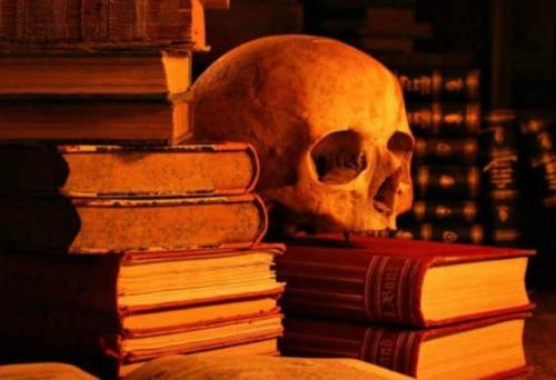 la extrana historia de un libro embrujado encontrado en una pared y donado a una casa embrujada