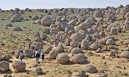 las esferas de piedra gigantes de kazajstan que desconciertan a los cientificos