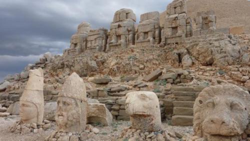 las enigmaticas cabezas de piedra gigantes ubicadas en la cima de una montana