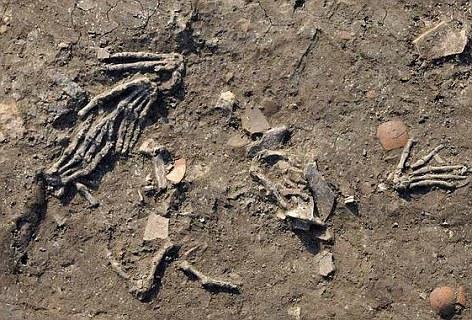 Manos gigantes encontradas en fosas de 3.600 años en Egipto