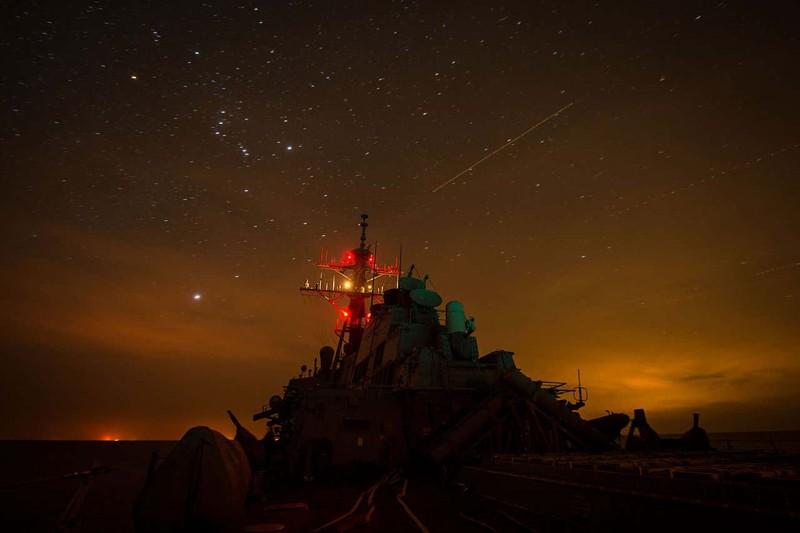 Un destructor de la Armada de EE. UU. navega bajo las estrellas