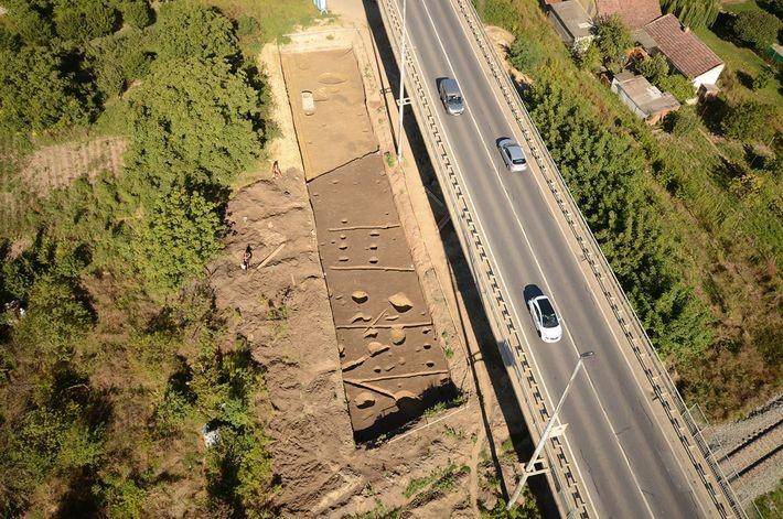 Una fotografía aérea de la fosa de Hermanov vinograd, cerca de Osijek, en el este de Croacia