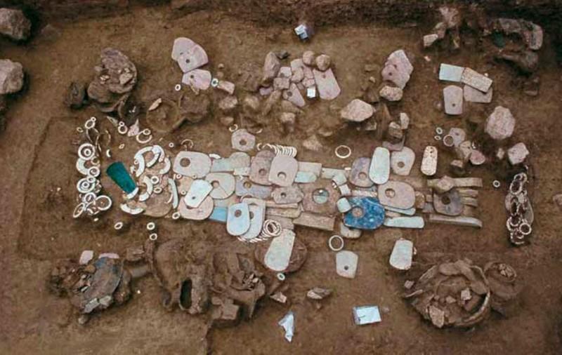 Tumba hallada conteniendo el ajuar funerario en Lingjiatan en China