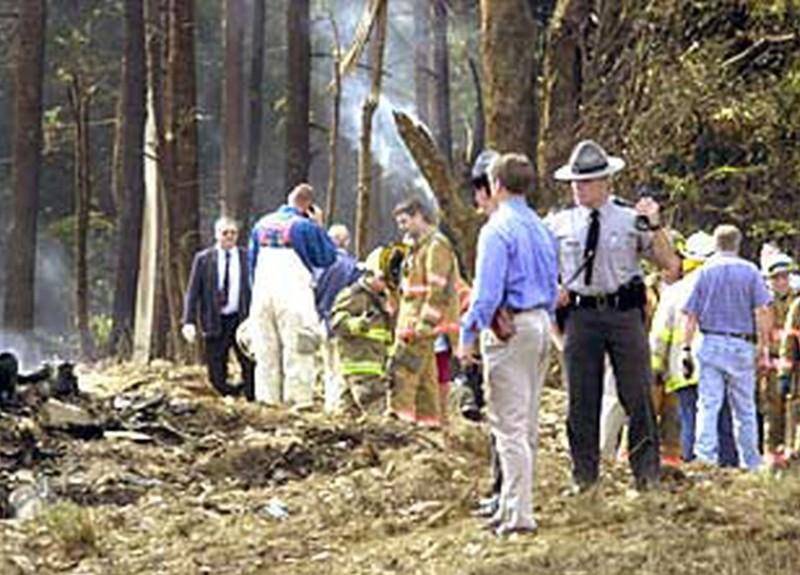 Investigadores revisan el lugar cerca de Shanksville (Pensilvania) en donde se estrelló el vuelo 93 de United Airlines