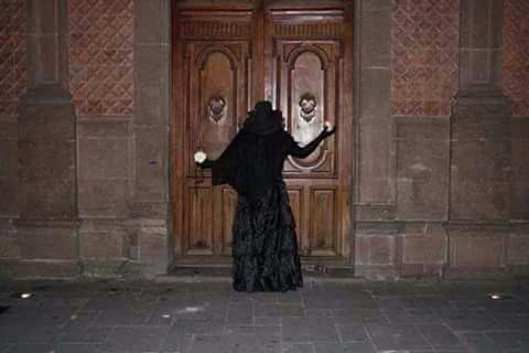 la dama rezando en la puerta de los templos